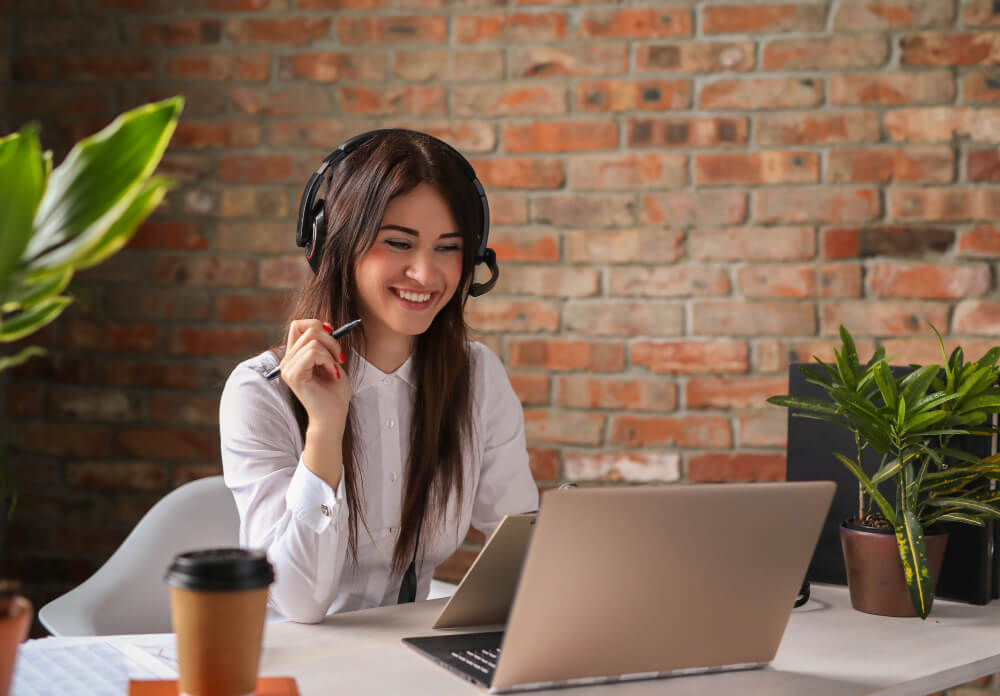 Seller Usando Headset, Ilustrando Um Bom Atendimento Virtual No Blog Do Predize